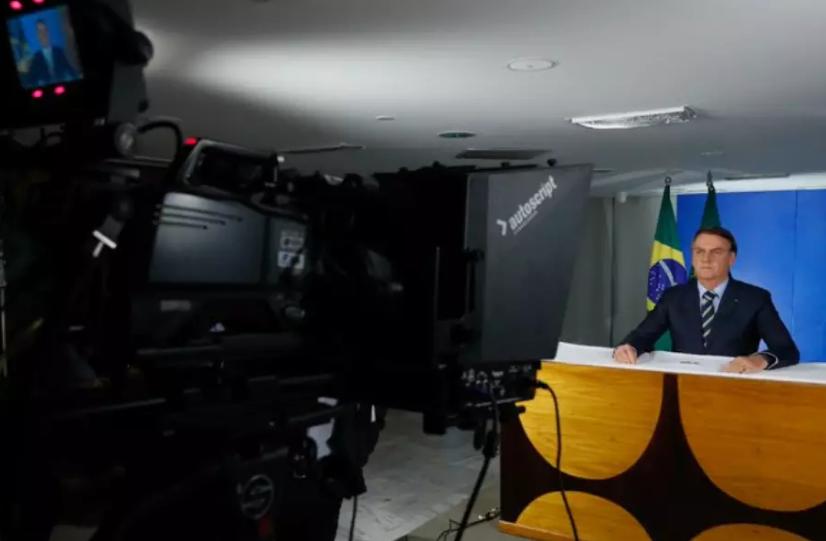 Bolsonaro volta a desdenhar de vírus