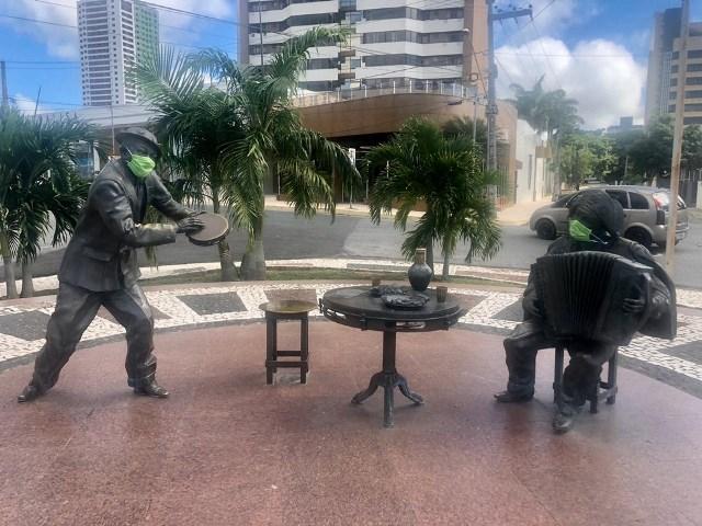 Estátuas de Luiz Gonzaga e Jackson do Pandeiro ganham máscaras em Campina Grande