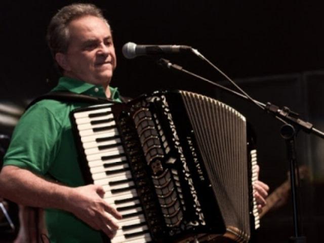 Flávio José faz show gratuito ao vivo pela internet