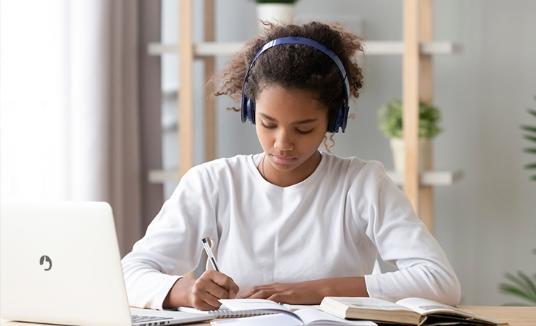 Música e estudo combinam?
