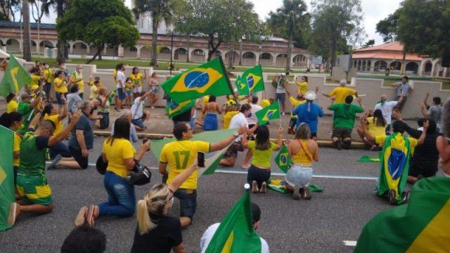 PM fecha ruas para evitar carreata pró-Bolsonaro; apoiadores se aglomeram