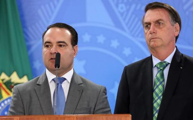 Pressionado, Bolsonaro adia escolha do novo ministro da Justiça