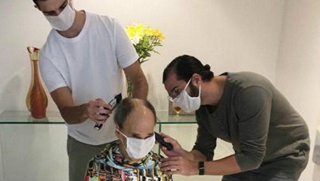 """Túlio Gadêlha corta o cabelo do pai de Fátima Bernardes: """"Hoje dei um tapa no visual do sogrão"""""""