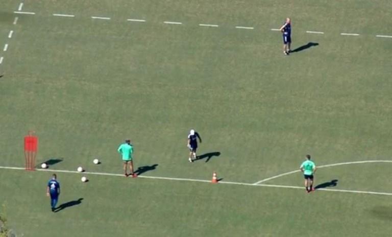 Jogadores do Flamengo treinam no campo do Ninho do Urubu. Prefeitura diz só ter autorizado fisioterapia
