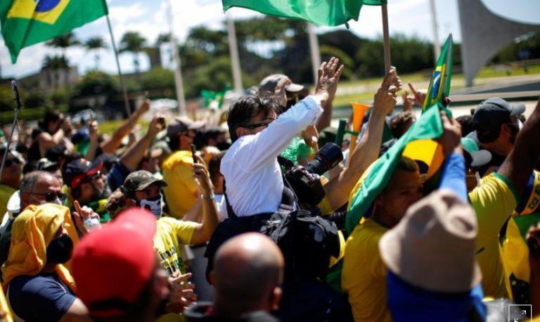Bolsonaro diz não ter visto agressão a jornalistas