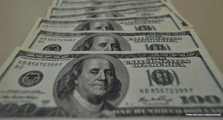 Dólar sobe e fecha a R$ 5,83