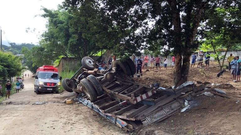 Caminhão fica sem freio e capota em curva na zona rural de Lagoa Seca, na Paraíba