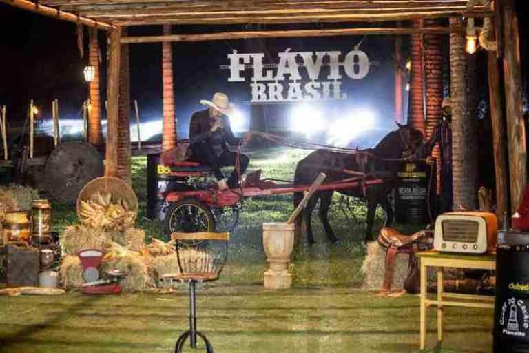 Conheça Flávio Brasil, o cantor que foi levado embora por cavalo durante live