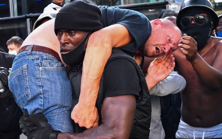 'Era a coisa certa a fazer', diz manifestante negro que carregou opositor ferido em protesto em Londres