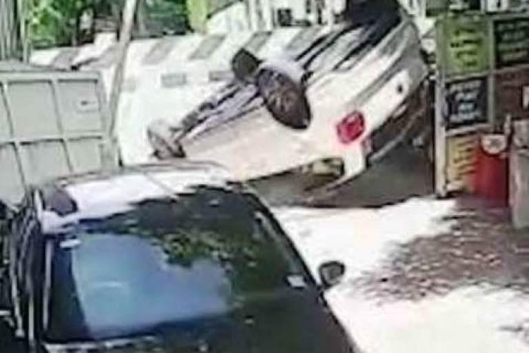 Roda presa? Motorista capota carro zero km na saída de concessionária; assista!