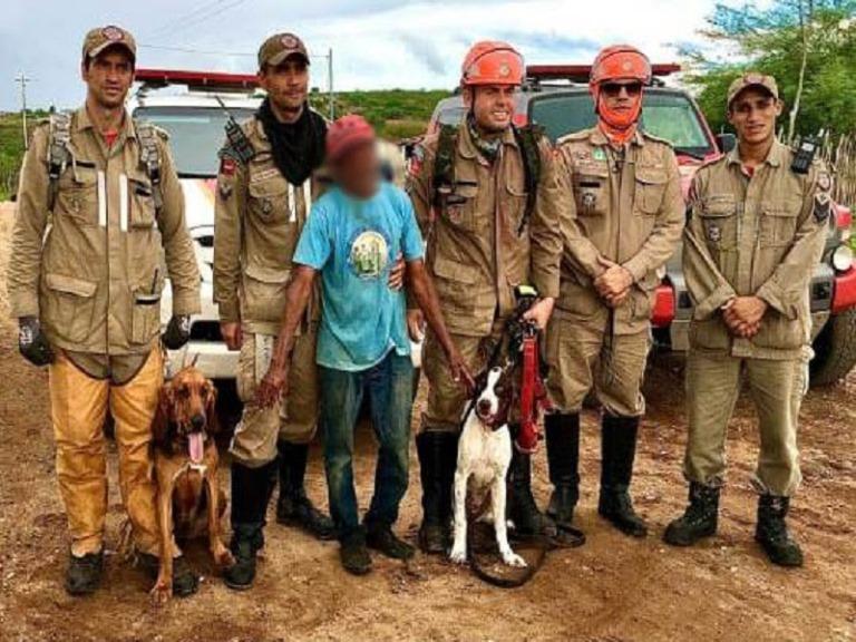Com ajuda de cães de resgate, Corpo de Bombeiros encontra idoso que estava desaparecido em Boqueirão
