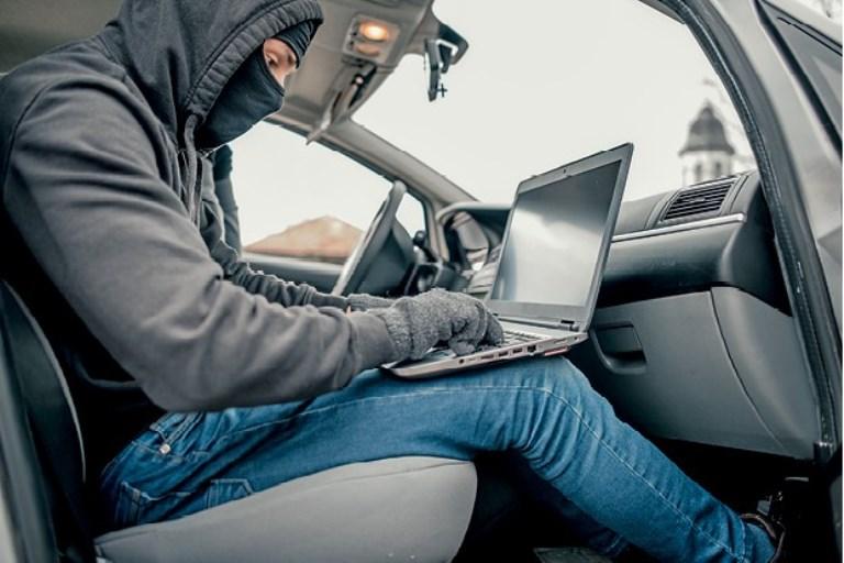 É possível que um hacker controle o carro remotamente?