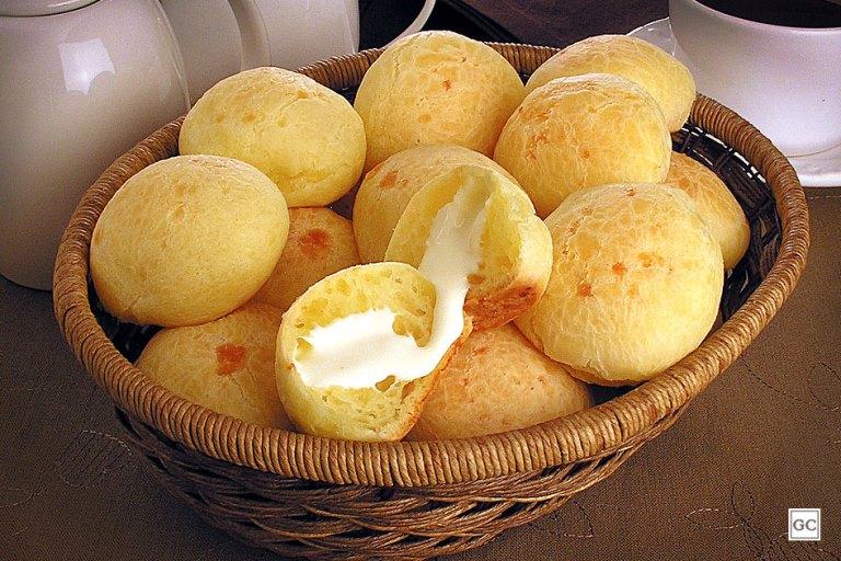 Pão de queijo recheado com Catupiry: crocante por fora e cremoso por dentro