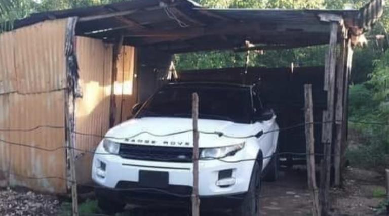 Primeiro a nave, depois a casa: Land Rover em barraco viraliza nas redes