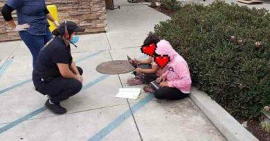 EUA. Irmãs na rua a usar Wi-Fi de restaurante para assistir a aula online