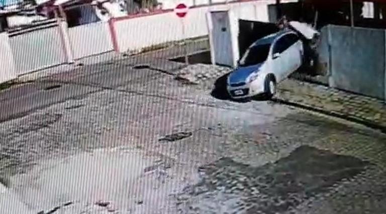 Mulher se desespera com assalto em João Pessoa e derruba muro de casa ao tentar fugir